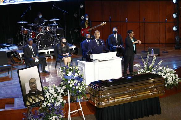 Thị trưởng Minneapolis quỳ khóc trước quan tài công dân George Floyd - Ảnh 3.
