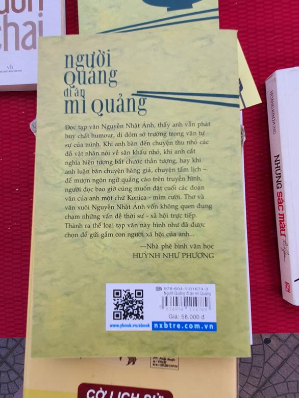 Sách lậu bán công khai ở hội sách giữa thành phố Huế - Ảnh 2.