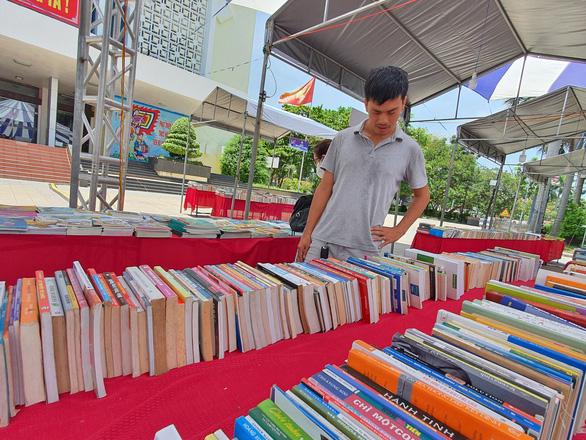 Sách lậu bán công khai ở hội sách giữa thành phố Huế - Ảnh 1.
