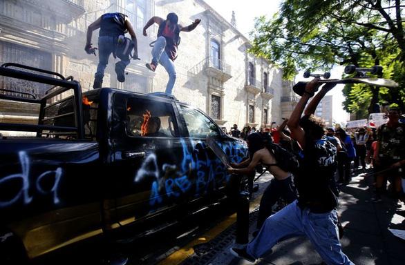 Dân Mexico giận dữ vì cảnh sát đánh chết người không đeo khẩu trang - Ảnh 4.