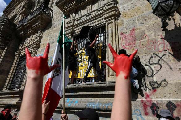 Dân Mexico giận dữ vì cảnh sát đánh chết người không đeo khẩu trang - Ảnh 1.