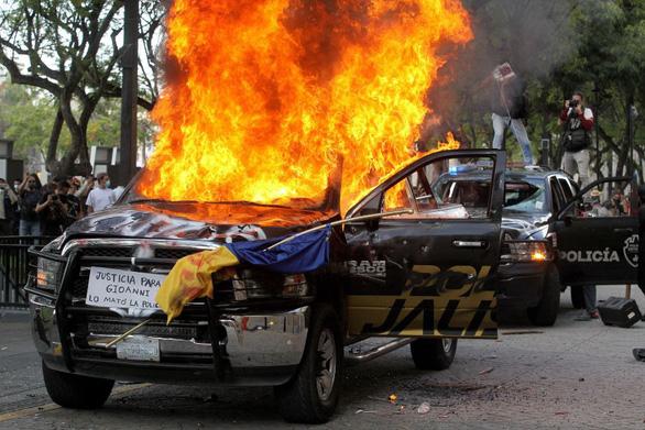 Dân Mexico giận dữ vì cảnh sát đánh chết người không đeo khẩu trang - Ảnh 3.