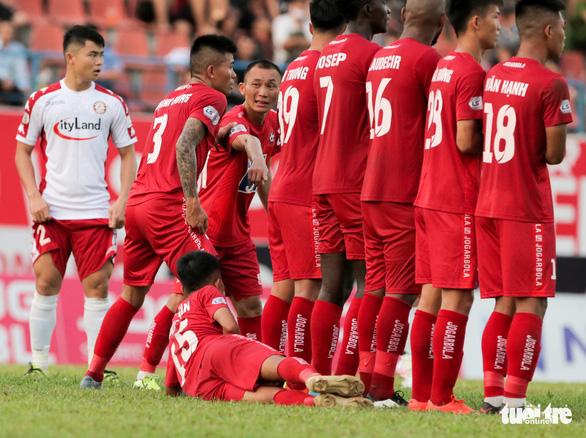 Cầu thủ Hải Phòng học sao bóng đá thế giới cách cản đá phạt - Ảnh 1.