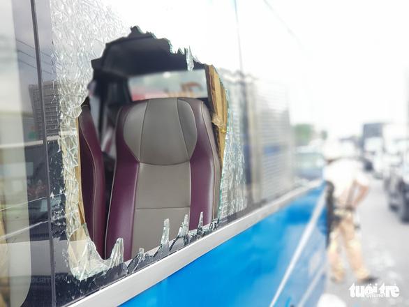 6 xe khách, xe tải tông dồn cục ở quận 12, khách hoảng loạn đập bể cửa cầu cứu - Ảnh 4.