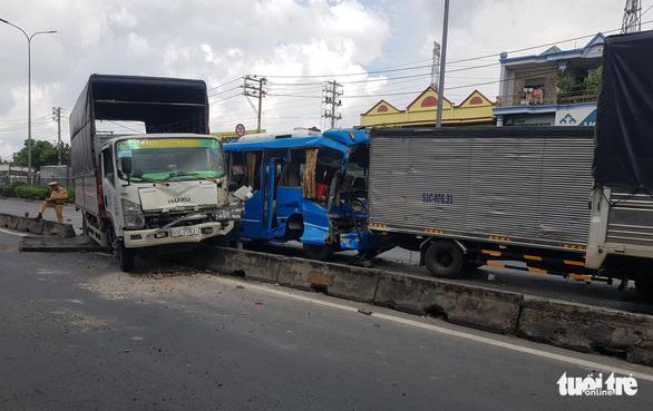 6 xe khách, xe tải tông dồn cục ở quận 12, khách hoảng loạn đập bể cửa cầu cứu - Ảnh 2.