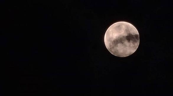 Ngắm trăng chuyển màu hồng trong đêm nguyệt thực - Ảnh 4.
