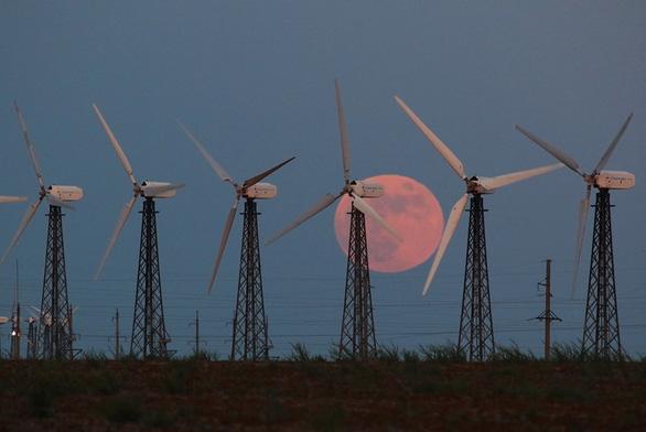 Ngắm trăng chuyển màu hồng trong đêm nguyệt thực - Ảnh 1.
