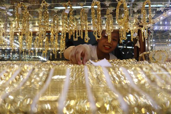 Giá vàng thế giới giằng co, vàng trong nước neo cao - Ảnh 1.