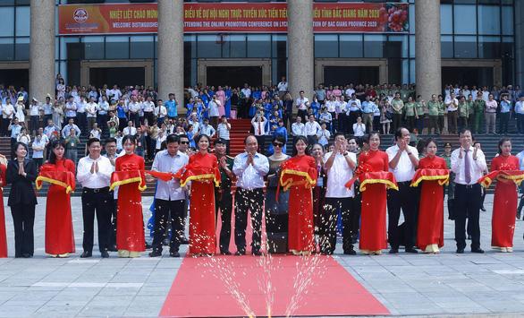 Thủ tướng động viên đoàn xe xuất hành tiêu thụ vải thiều Bắc Giang - Ảnh 1.