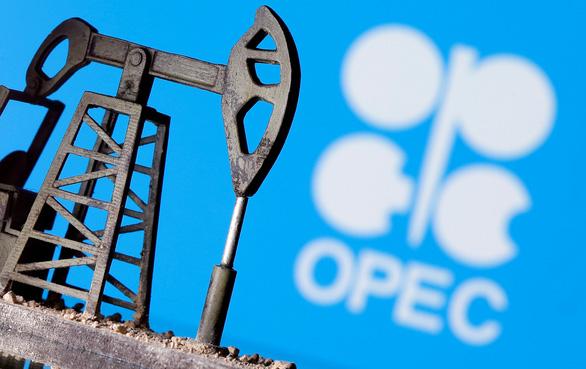OPEC và Nga kéo dài cắt giảm sản lượng dầu mỏ thêm 1 tháng - Ảnh 1.