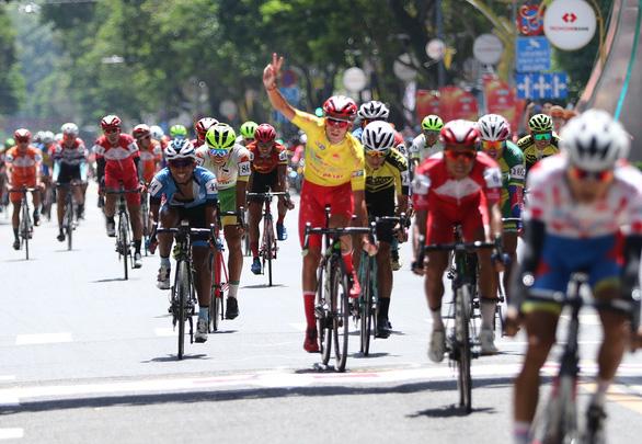 Javier bán đấu giá áo vàng, áo đỏ làm từ thiện - Ảnh 2.