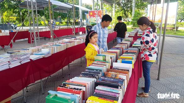 Vụ sách lậu bán công khai tại hội chợ sách: xử phạt 14 triệu đồng - Ảnh 2.