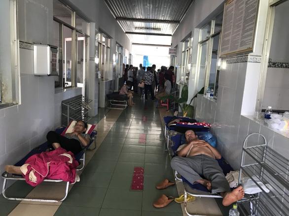 Hơn 120 người nhập viện nghi bị ngộ độc sau khi ăn cưới - Ảnh 1.
