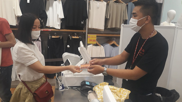 Dùng thẻ Sacombank được hoàn 50% khi mua sắm tại Uniqlo Vincom Center Landmark 81 - Ảnh 1.