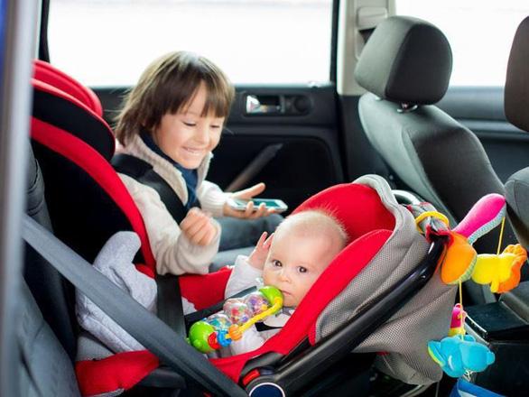 Trẻ em dưới 13 tuổi đi xe hơi phải có ghế chuyên dụng - Ảnh 1.