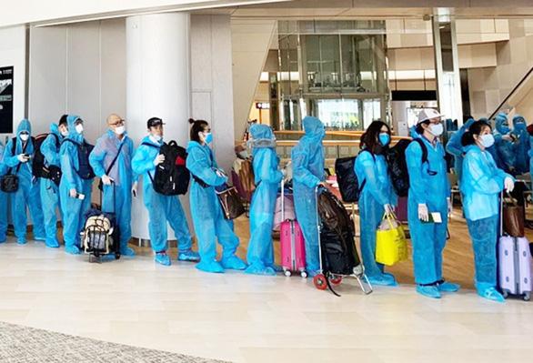 215 người trên cùng chuyến bay bệnh nhân 330, 331 có kết quả âm tính - Ảnh 1.