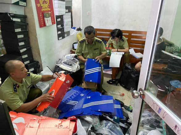 Hơn 5.000 sản phẩm giả thương hiệu Adidas, Nike... bị tạm giữ - Ảnh 1.