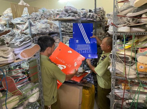 Hơn 5.000 sản phẩm giả thương hiệu Adidas, Nike... bị tạm giữ - Ảnh 2.