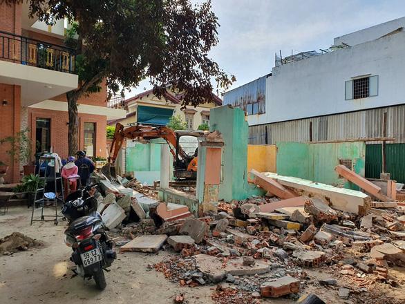 Tháo dỡ nhà cổ, tường sập đè 1 người chết tại chỗ - Ảnh 1.