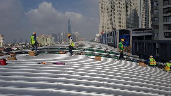 Cuối tháng sẽ lợp xong 10 mái nhà ga tuyến metro số 1 Bến Thành - Suối Tiên - Ảnh 1.