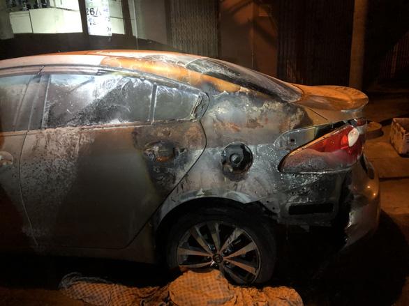 Gặp xe nào đốt xe đó, thanh niên thiêu trụi 6 xe hơi đậu ven đường Nha Trang trong đêm - Ảnh 1.