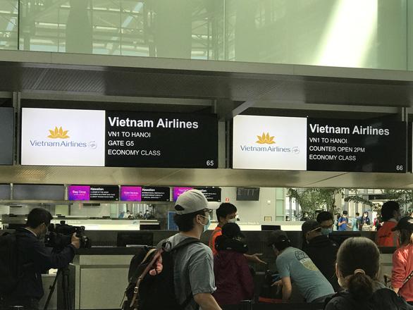Đưa hơn 340 công dân Việt từ Mỹ về nước - Ảnh 1.