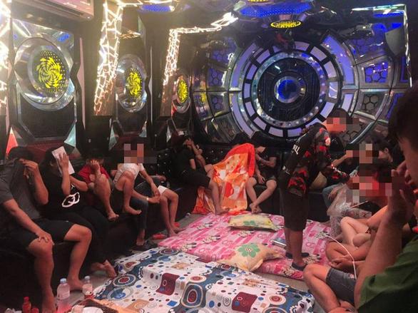 Đột kích quán karaoke, test nhanh phát hiện 68 thanh niên chơi ma túy - Ảnh 1.