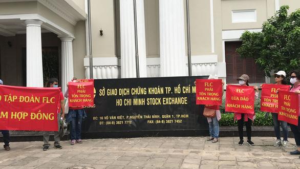 FLC đại hội cổ đông, khách hàng treo băngrôn trước trụ sở Hà Nội và TP.HCM - Ảnh 2.