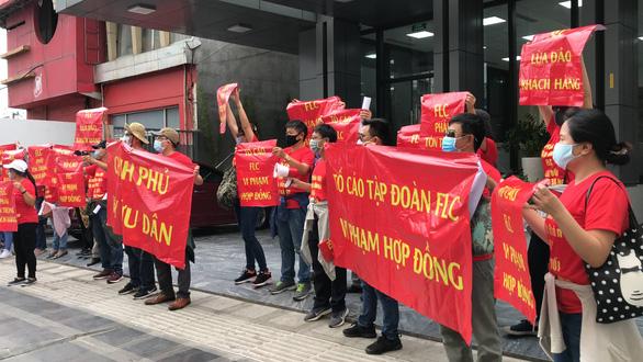 FLC đại hội cổ đông, khách hàng treo băngrôn trước trụ sở Hà Nội và TP.HCM - Ảnh 1.