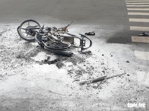 Cướp giật tài sản rồi quăng cả xe máy bỏ chạy cũng không thoát - Ảnh 2.