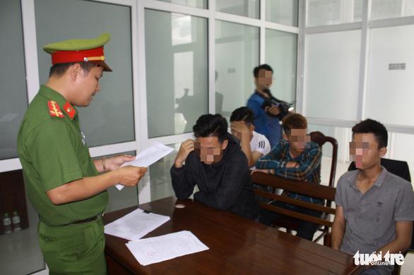 Khởi tố 2 người bốc đầu xe náo động cầu Rồng và đường phố Đà Nẵng - Ảnh 1.
