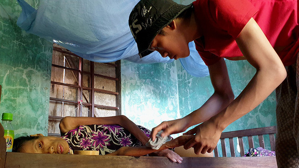 Cậu bé bán chuối và giọt nước mắt người mẹ bị ung thư hiểm nghèo - Ảnh 1.