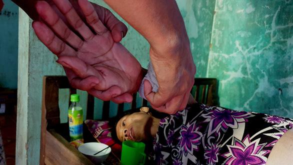 Cậu bé bán chuối và giọt nước mắt người mẹ bị ung thư hiểm nghèo - Ảnh 3.