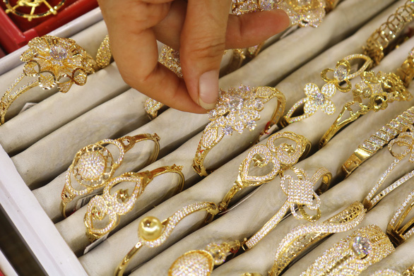 Vàng lên gần 50 triệu đồng/lượng, giá vàng nhẫn vượt vàng miếng - Ảnh 1.