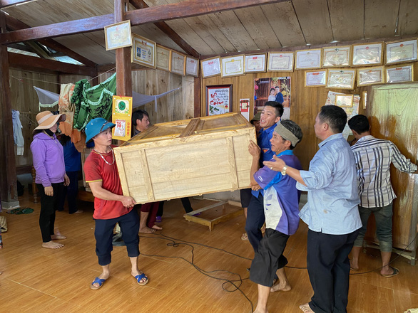 Nứt đồi do mưa kéo dài, Lào Cai di dời khẩn nhiều hộ dân - Ảnh 2.