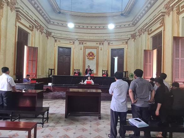 Phó chánh án TAND TP.HCM xử vụ đương sự suýt nhảy lầu tạm ngừng xét xử - Ảnh 1.