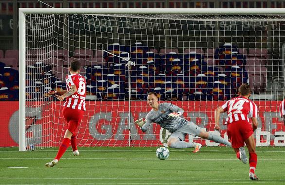 VAR và trọng tài giúp Atletico Madrid cầm chân Barca tại Nou Camp - Ảnh 1.