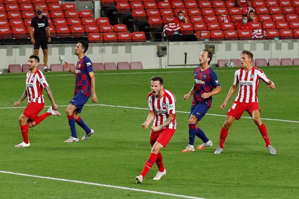 VAR và trọng tài giúp Atletico Madrid cầm chân Barca tại Nou Camp - Ảnh 3.