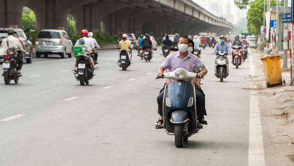 Hàng dài xe máy nối đuôi nhau đi ngược chiều trên đường phố Hà Nội - Ảnh 6.
