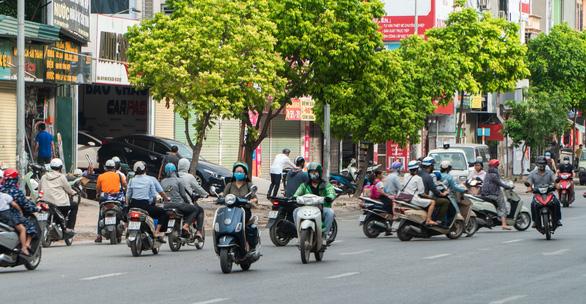 Hàng dài xe máy nối đuôi nhau đi ngược chiều trên đường phố Hà Nội - Ảnh 3.