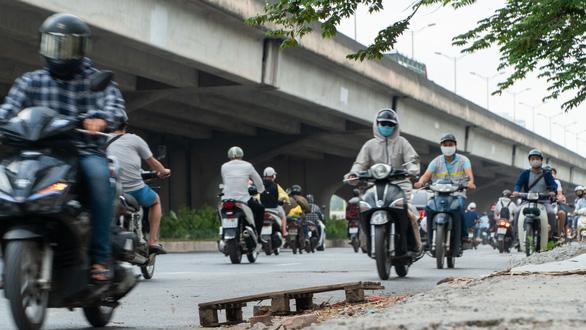 Hàng dài xe máy nối đuôi nhau đi ngược chiều trên đường phố Hà Nội - Ảnh 2.