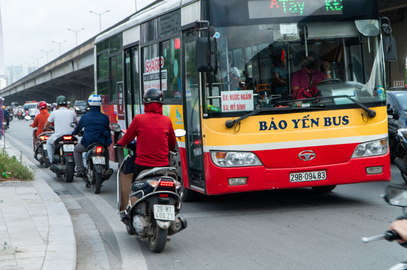Hàng dài xe máy nối đuôi nhau đi ngược chiều trên đường phố Hà Nội - Ảnh 4.