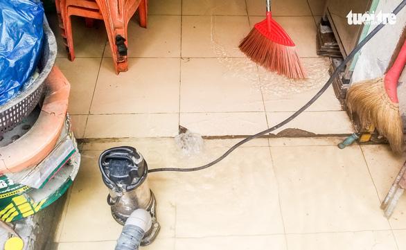 Nước ồng ộc trào lên từ trong nhà, cả khu dân cư bất ngờ ngập lênh láng - Ảnh 3.