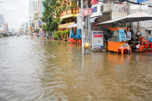Nước ồng ộc trào lên từ trong nhà, cả khu dân cư bất ngờ ngập lênh láng - Ảnh 4.