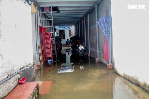 Nước ồng ộc trào lên từ trong nhà, cả khu dân cư bất ngờ ngập lênh láng - Ảnh 7.