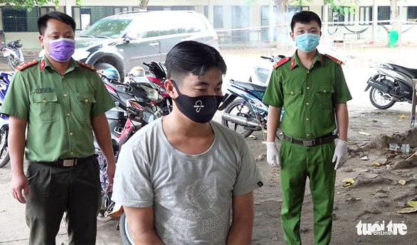 Bị bắt vì đưa người trái phép qua biên giới với giá 250.000 - 300.000 đồng/người - Ảnh 1.