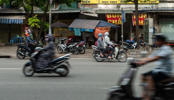 Hàng dài xe máy nối đuôi nhau đi ngược chiều trên đường phố Hà Nội - Ảnh 5.