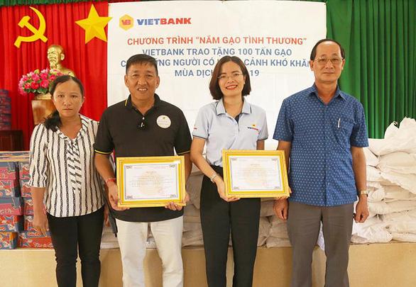 100 tấn gạo từ Vietbank được trao tặng đến các gia đình gặp khó khăn - Ảnh 3.