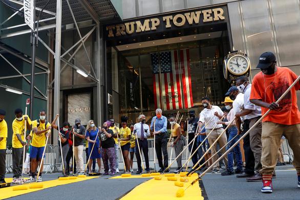 Thị trưởng New York  sơn chữ Black Lives Matter trước tháp Trump, ông Trump nói gì? - Ảnh 1.