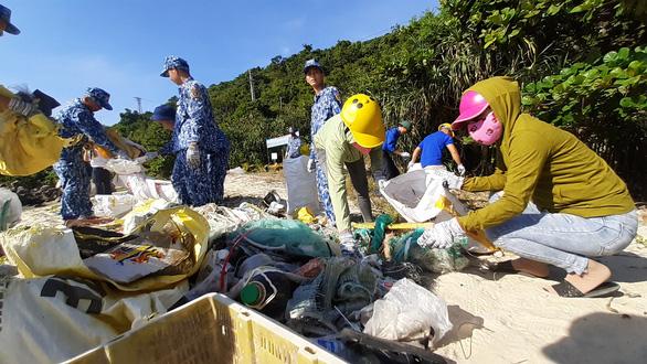Vùng cảnh sát biển 2 đồng hành cùng ngư dân Cù Lao Chàm - Ảnh 4.
